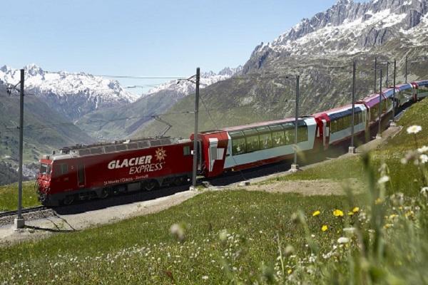 Швейцарский поезд Glacier Express для туристов